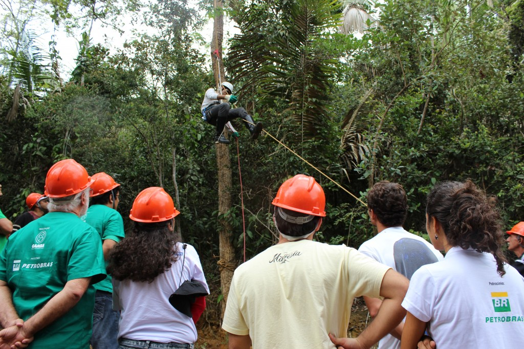 Edson demonstra a técnica de escalada blocante ao tronco