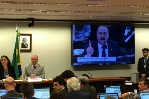 Mauro Pereira (no telão) fala durante sessão da Comissão de Finanças. Foto: Observatório do Clima.
