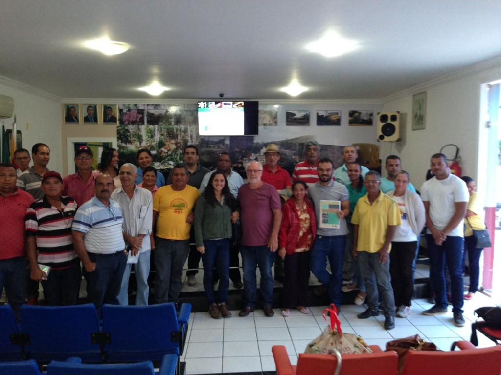 Público presente no lançamento de Itapebi e comprometido com a implementação do plano.