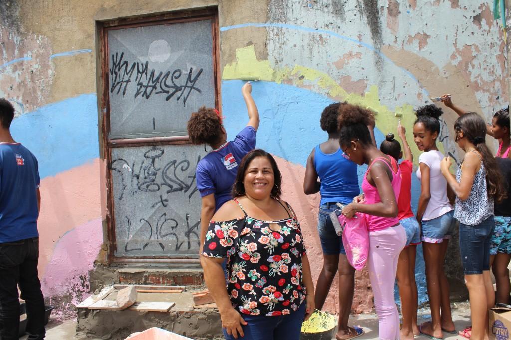 Diretora e alunos trabalham na recuperação do entorno da escola Marileine Silva