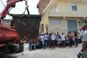 Sob aplausos dos alunos, Limpurb retira definitivamente o contêiner de lixo