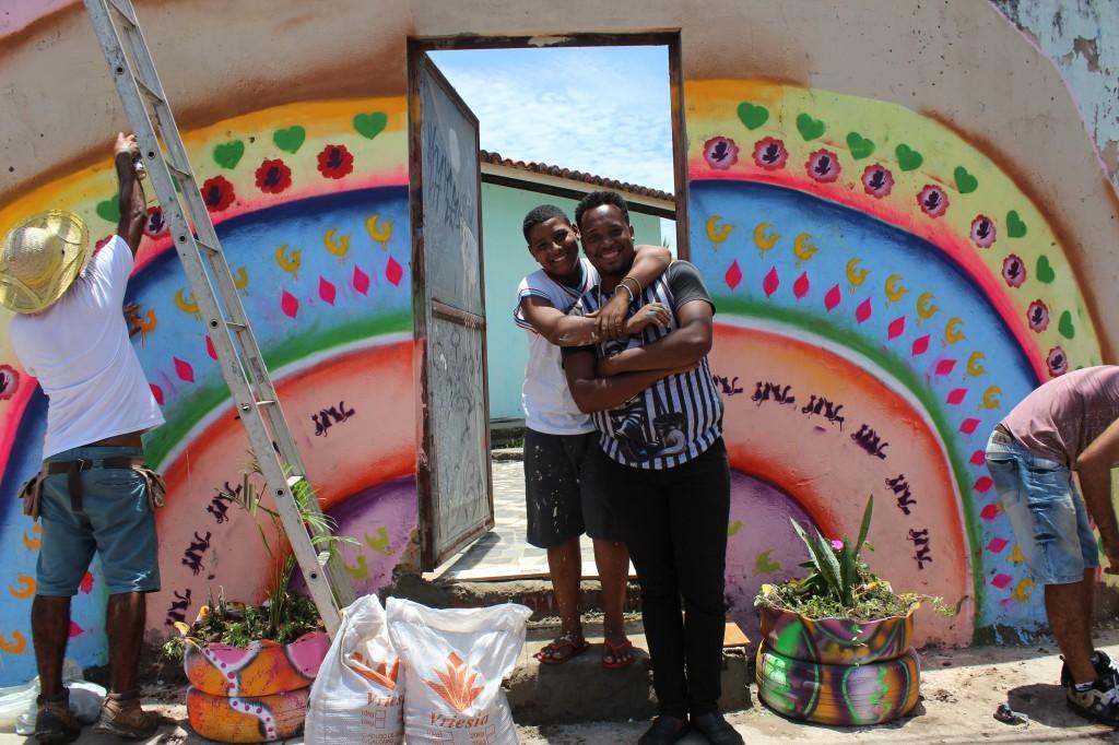 A nova entrada da escola sem lixo e com painel artístico e canteiros